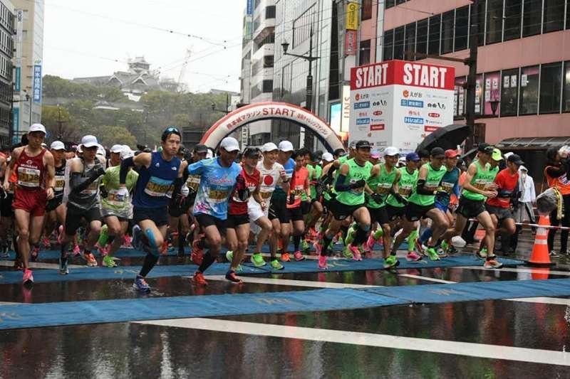 熊本馬拉松為了因應武漢肺炎疫情,因此發放口罩給所有跑者。(圖片取自臉書)