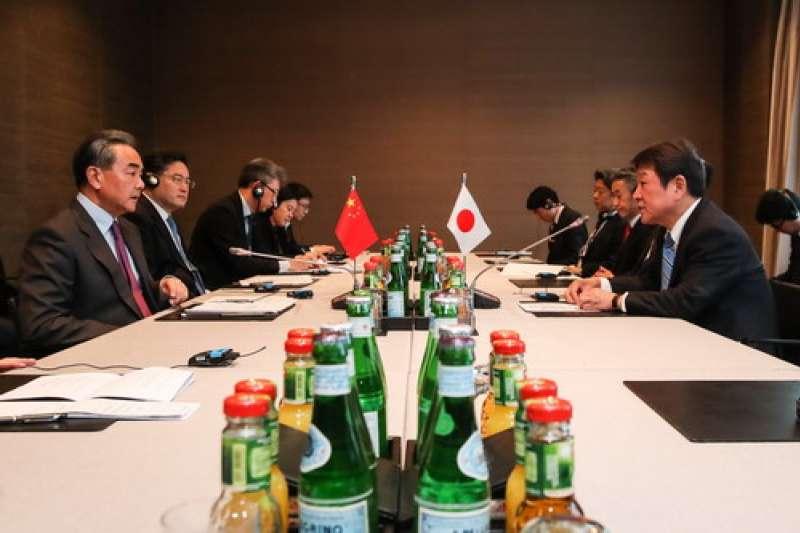 2020年2月,日本外相茂木敏充與中國外長王毅在慕尼黑安全會議舉行會談(中國外交部)