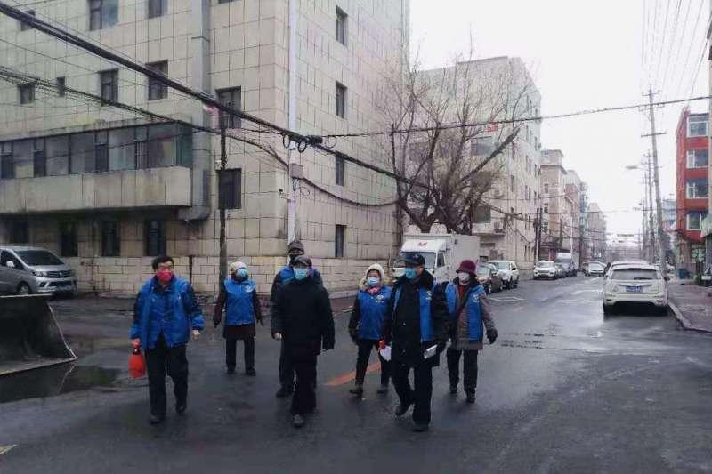 中國武漢肺炎疫情,吉林省長春市朝陽區清和街道「藍馬甲」志願者在巡邏。(新華社)