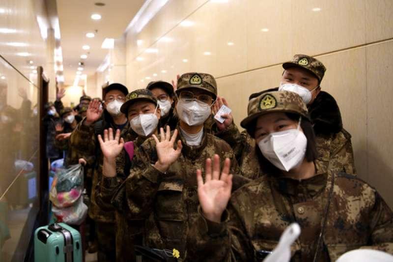 中國武漢肺炎疫情,2月13日,在成都雙流國際機場,醫療隊隊員準備出發。(新華社)