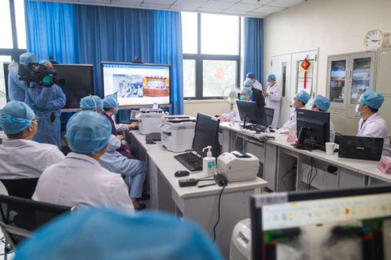 中國武漢肺炎疫情,廣東醫療隊武漢前方ICU團隊與後方廣州醫科大學附屬第一醫院舉行遠程視頻會診。(新華社)