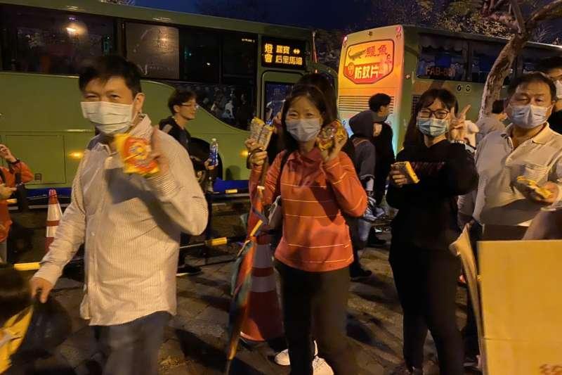 15日晚天與民眾不減遊興,台灣燈會參觀人次達45萬人次,市府安排疏運順暢,還送現場排隊等待接駁車民眾太陽餅、脆麵等小點心。(圖/臺中市政府)