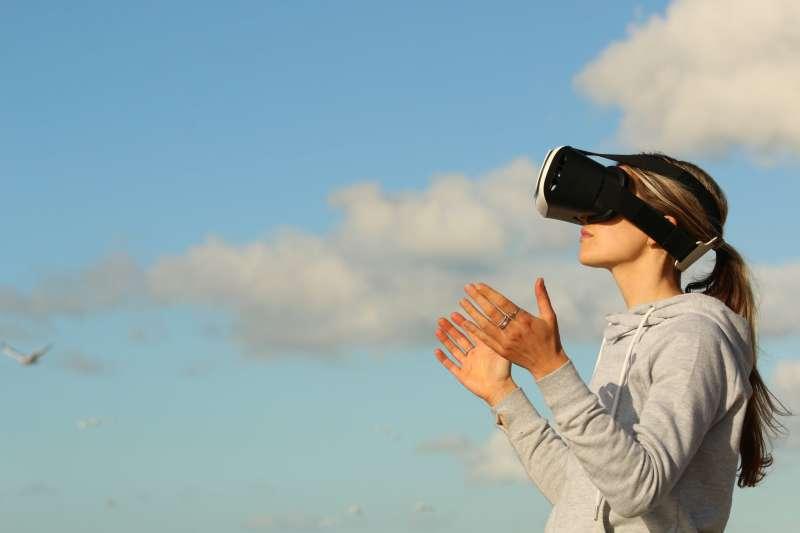 你體驗過 VR 或 AR 的境界嗎?這個沉寂了一陣子的技術,有了活動的跡象。 (圖/by Bradley Hook form Pexels)