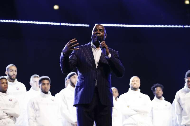 魔術強森在明星賽前致詞,致敬已逝世的傳奇球星布萊恩與前NBA主席史騰。(美聯社)