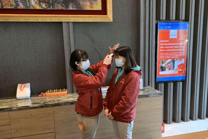 為使遊客安心出遊及消費,新北市旅館工作人員一律主動配戴口罩上班,上班前須量體溫,自主監測,若有發燒情況,即刻停止上班。(圖/新北市觀光旅遊局提供)