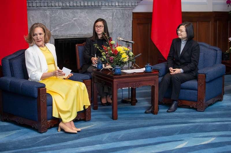 總統蔡英文18日上午接見「友邦駐紐約聯合國常任代表訪團」,感謝友邦總在最重要場合持續為台灣發聲。(總統府提供)