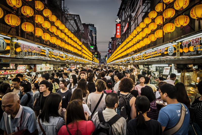 未來民眾前往夜市、市場等人群聚集地可能都必須戴口罩。(圖/Pxhere)