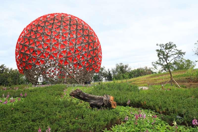 有民眾指出,2019年台中花博后里森林園區的地標「聆聽花開的聲音」像極了新型冠狀病毒的3D模型示意圖。(取自台中市政府網站)