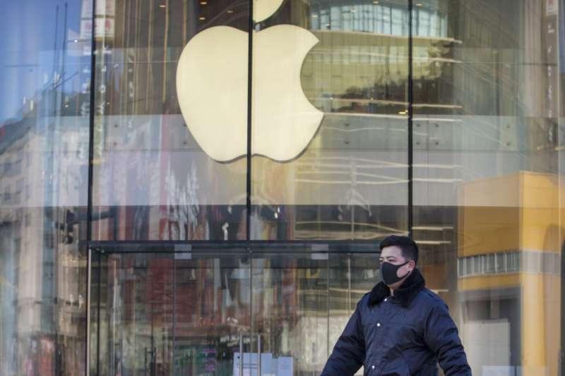 新冠肺炎疫情延燒衝擊蘋果公司,股價週一收盤跌幅2.12%,下跌至224.37美元,導致市值也降到9817億美元,跌破一兆美元大關。(資料圖/美聯社)