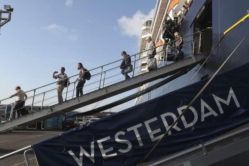 衛生專家擔心,柬埔寨對威士特丹號防疫散漫,恐成全球防疫缺口(美聯社)