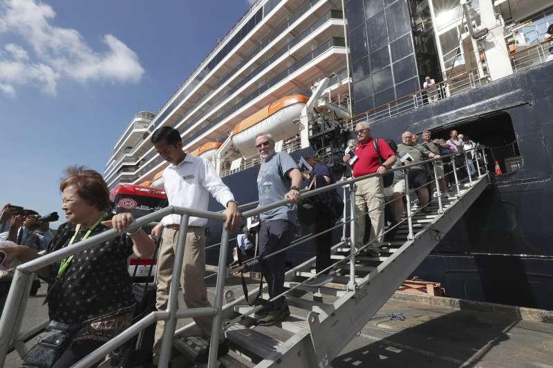 威士特丹號13日停靠柬埔寨,船上乘客陸續下船(美聯社)