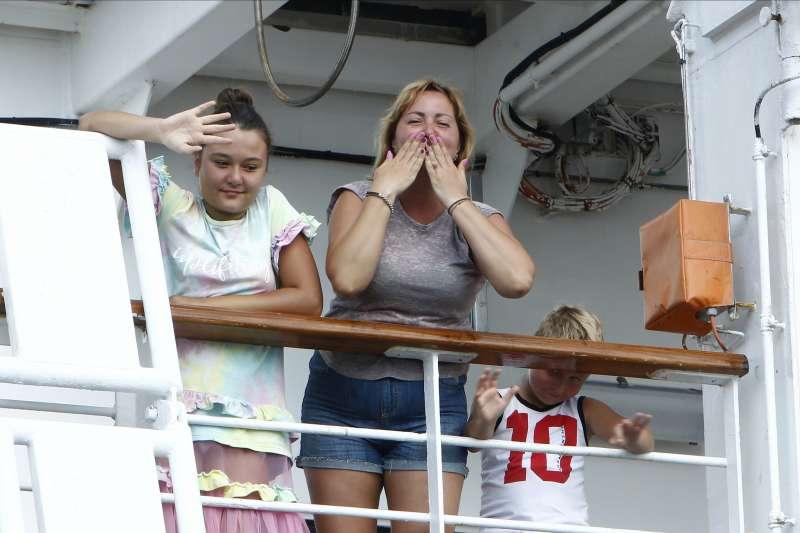 威士特丹號13日停靠柬埔寨,船上乘客高興得送上飛吻(美聯社)