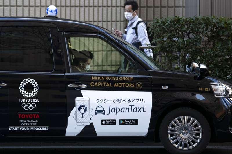 東京一輛畫上奧運標誌的計程車。(美聯社)
