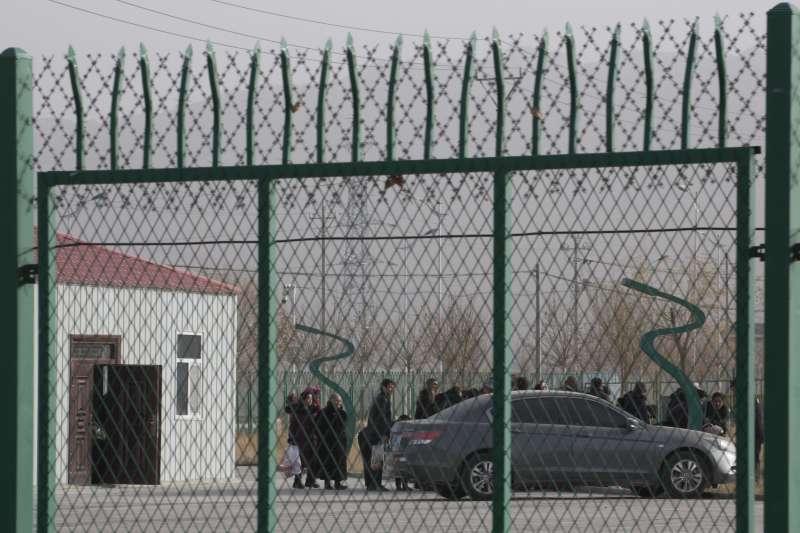 中共在新疆設置「再教育營」,無論年齡、性別,都可能因為任何原因遭到關押,被關押者大多是維吾爾族穆斯林。(美聯社)