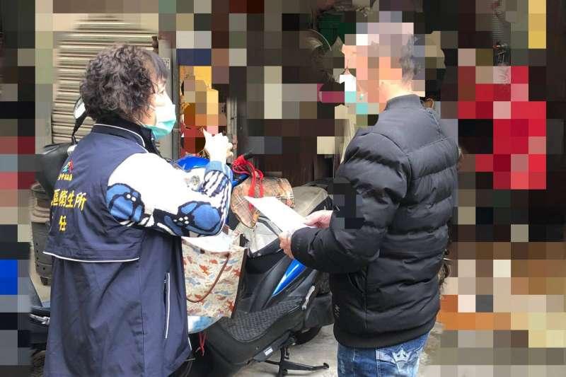 武漢肺炎疫情嚴峻,苗栗縣1名居家檢疫者戴口罩外出買咖啡,挨罰新台幣1萬元。圖為隔離期滿民眾,從台中市檢疫所返家。(台中市政府提供)