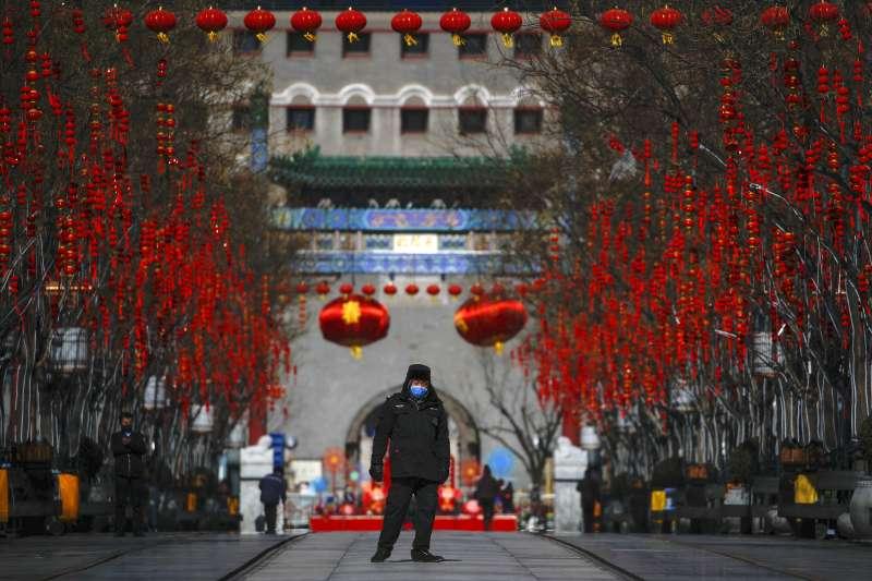 北京市前門大街,保安人員戴著口罩巡邏。(AP)