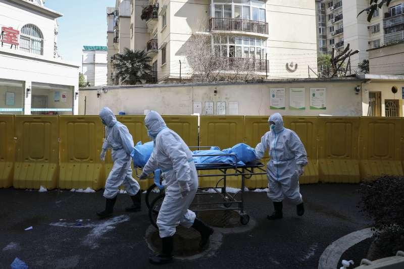 中國湖北省武漢市,醫護人員挪送一位因新冠肺炎而死的病患。武漢肺炎。(AP)