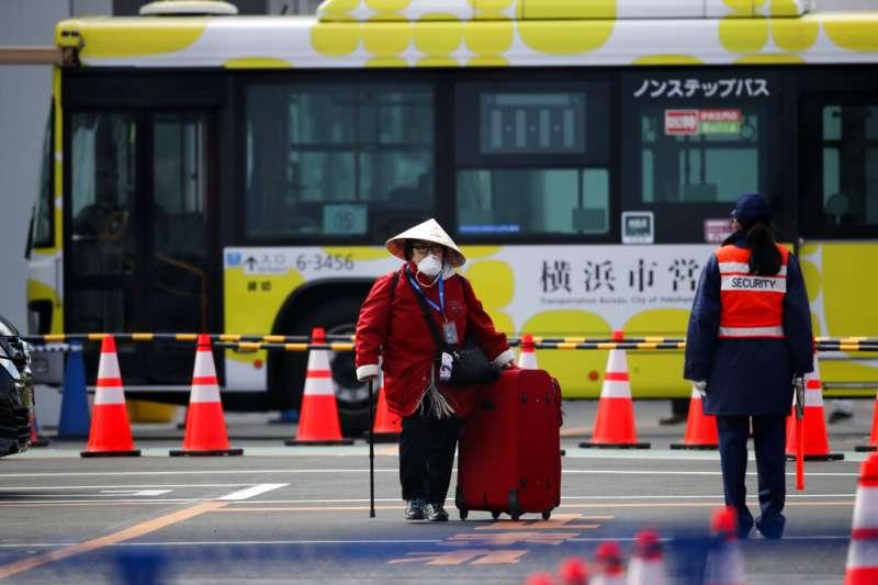 停泊在日本橫濱港的「鑽石公主號」遊輪19日上午起開放新冠病毒(武漢肺炎病毒)檢測呈陰性的乘客下船,第一波下船返家名單預計有約500名旅客。(AP)