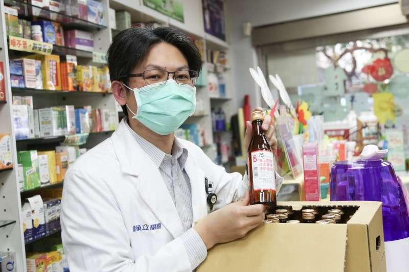 20200219-中華郵政公司19日安排郵務士運送酒精至藥局。(簡必丞攝)