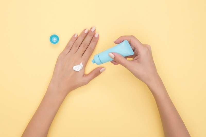 20200219使用乳液做好保濕,減少常洗手對皮膚造成的傷害與刺激。(圖片取自pexels)