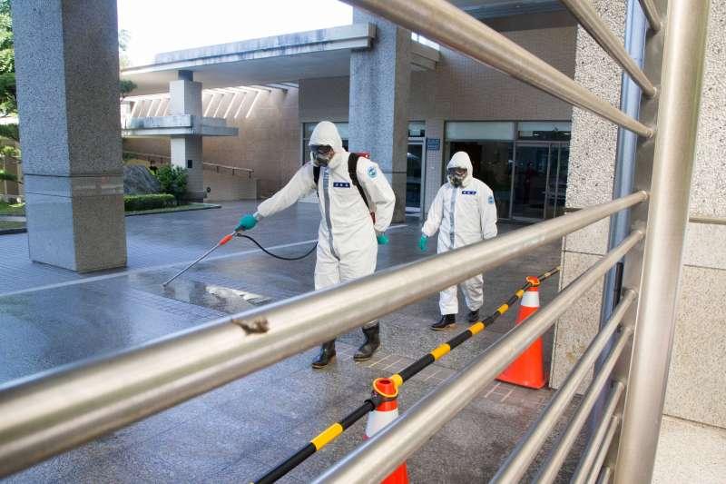 陸軍33化學兵群針對台商隔離住所實施消毒。(軍聞社提供)