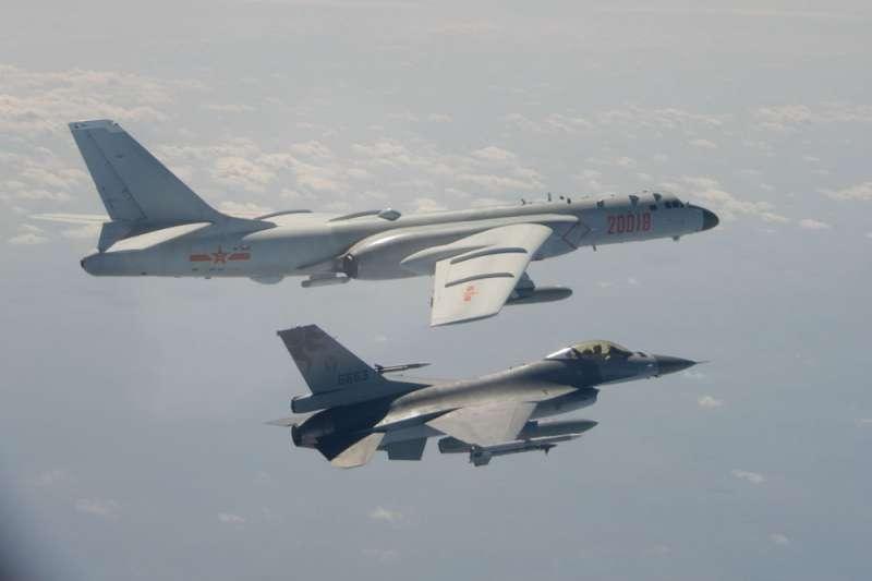作者指出,當我們面對敵國外患時,提升自我實力就顯得無比重要。圖為解放軍派出轟6K轟炸機(後)繞台挑釁,國軍緊急出動F-16戰機(前)伴飛監控。(資料照,國防部提供)