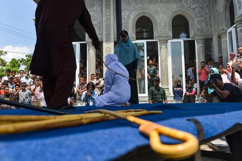 去年一名女性在印尼亞齊省被處以公開鞭刑的場面。(圖/*CUP提供)