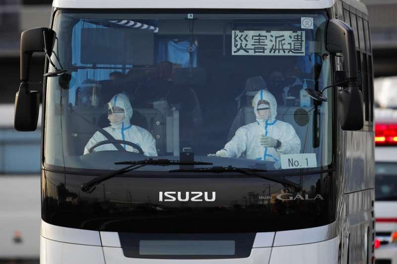爆發群聚感染的「鑽石公主號」從19日開始開放乘客下船,日本政府用巴士將檢查結果陰性、目前無症狀的乘客帶到橫濱車站等地,讓他們自行搭乘大眾交通工具返家。(美聯社)