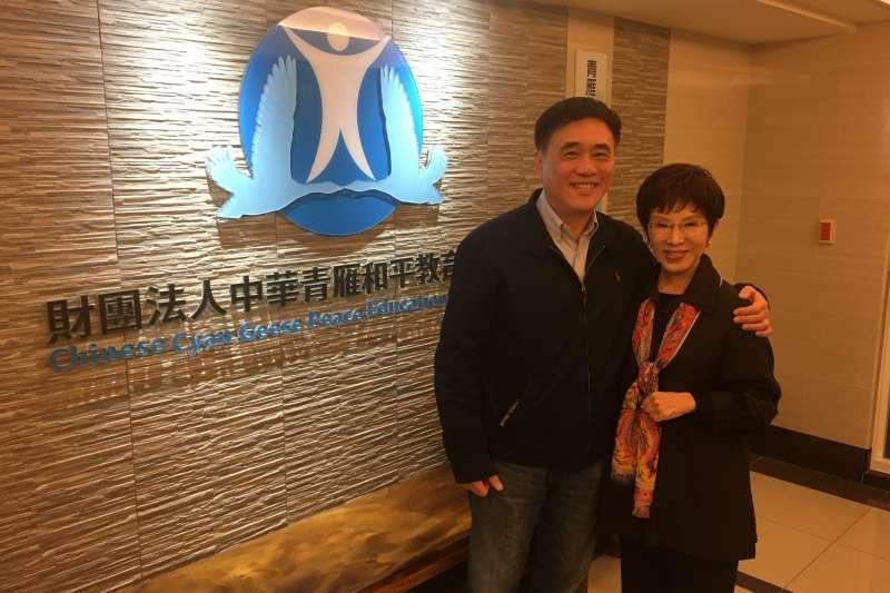 國民黨主席候選人郝龍斌(左)19日拜訪前黨主席洪秀柱(右),2人針對兩岸問題、黨的路線等議題進行討論。(郝龍斌辦公室提供)