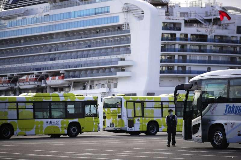 已經停泊在橫濱港大黑碼頭超過兩周的鑽石公主號,19日開始讓檢查結果陰性的乘客陸續下船。(美聯社)