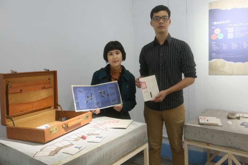 王河洛(右)與應元宜(左)透過桌遊讓學生體驗政治犯被壓迫的情境。(柯承惠攝)