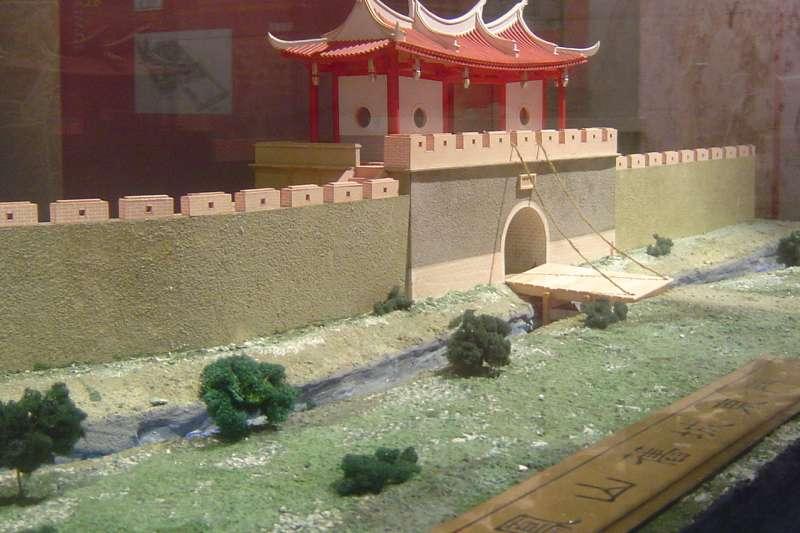 鳳山縣舊城東門模型。(取自維基百科)