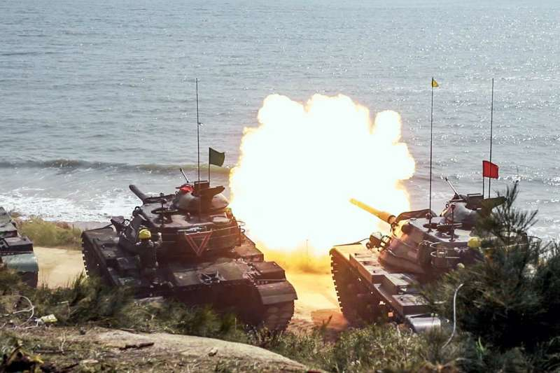 20200220-陸軍金防部戰備部隊實彈射擊中,則由所屬戰車連、砲兵連等單位實施聯合操演,圖為在岸際射擊的M41A3及M60A3。(取自國防部青年日報社)