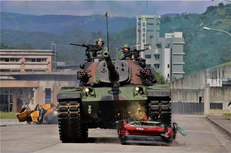 20200220-陸軍關渡指揮部19日舉行年度「武藝競賽」,CM-11「勇虎」戰車碾壓數量報廢民用汽車,模擬通過障礙物。(取自國防部青年日報社)