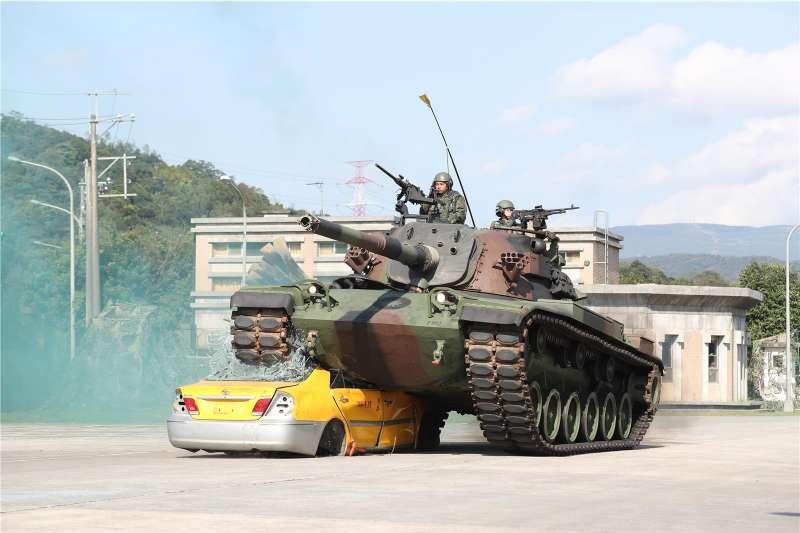 陸軍關渡指揮部19日舉行年度武藝競賽,CM-11「勇虎」戰車碾壓數量報廢民用汽車,模擬通過障礙物。(取自國防部青年日報社)
