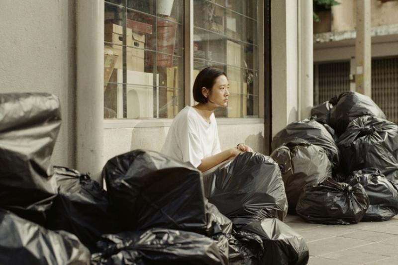 泰國電影《就愛斷捨離》由《模犯生》女主角茱蒂蒙·瓊查容蘇因主演,細緻探討了時下盛行的「斷捨離」整理術。 (圖/CatchPlay 提供)