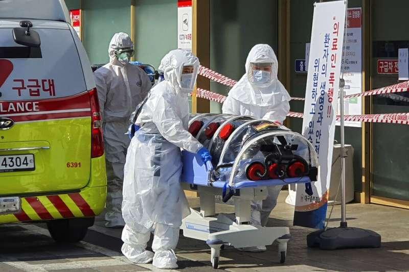 南韓武漢肺炎疫情延燒,20日出現死亡首例,一天之內暴增53例確診,累計104例。(AP)