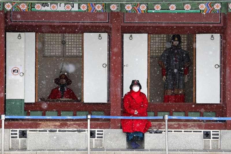 南韓社區傳染案例漸多,首爾民眾與遊客出外仍不敢輕忽。(美聯社)