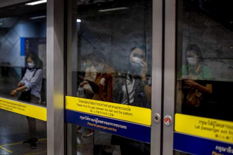 泰國地鐵的乘客大多帶著口罩。(美聯社)