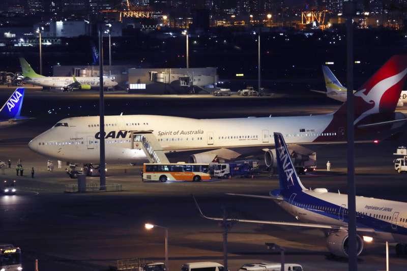 澳洲接回「鑽石公主號」本國乘客的專機19日在羽田機場準備起飛。(美聯社)