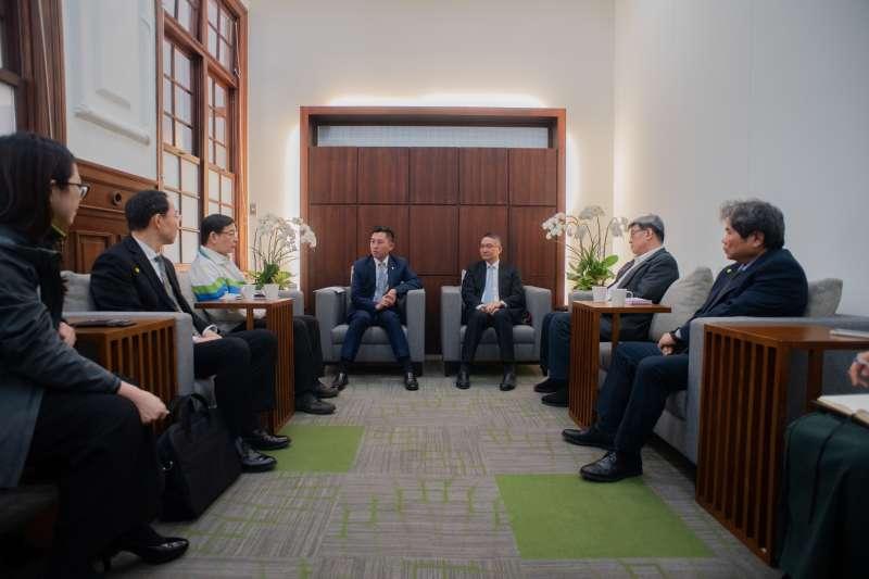 新竹市長林智堅邀竹市五所醫院院長,,共商醫療資源整備以及市民防疫工作部署,並組成「防疫作戰聯盟」。(圖/新竹市政府提供)