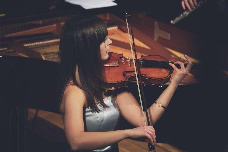 阿什坎教授希望手術不但能保持特納左手的正常功能,而且還要絲毫不損壞特納需要控制小提琴弦音高和音色的手部精細活動。圖為示意圖非本人。(圖/unsplash)