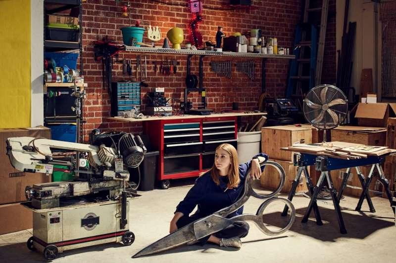 29歲瑞典女孩Simone Giertz正嘗試將特斯拉電動車改裝成「皮卡車」。(圖/創新拿鐵)
