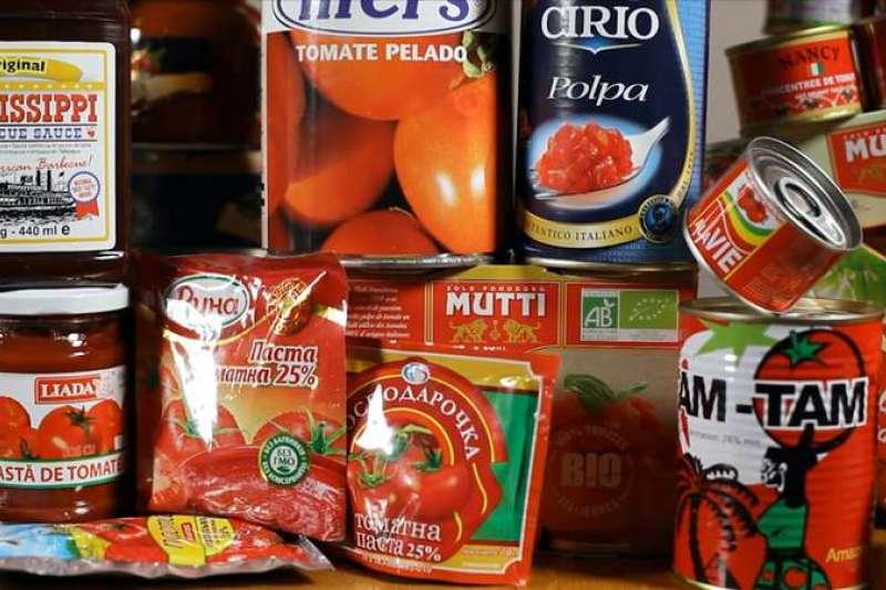 紀錄片導演馬雷為了追查番茄醬產地著手拍攝紀錄片《餐桌上的紅金帝國》,卻意外挖出一連串產業黑幕。(圖/公視)