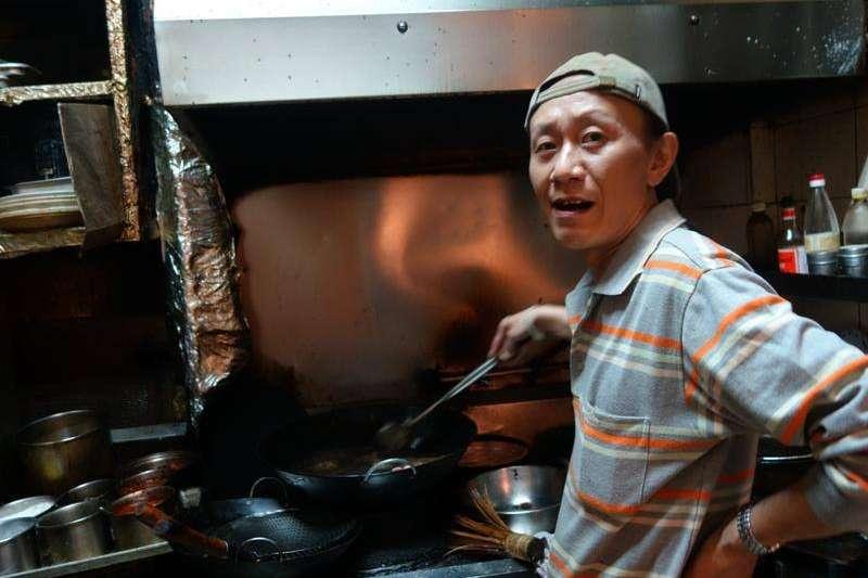 在政壇頗負盛名的台式熱炒店「阿才的店」 第二代老闆阿華(劉建華)今(21日)晨在台大醫院病逝,享壽54歲。(阿才的店臉書)