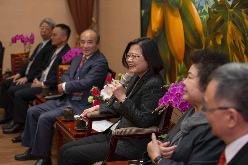 總統蔡英文(右二)21日上午接見「2019年國家生技醫療品質獎」獲獎團隊代表。前立法院長王金平(右三)也出席。(取自總統府網站)