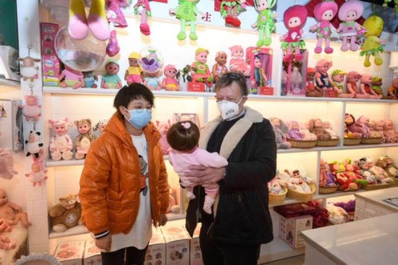新冠肺炎、武漢肺炎疫情下的中國經濟,來自瑞典的客商佩吉(右)在義烏國際商貿城的一家嬰兒玩偶商鋪選購。(新華社)