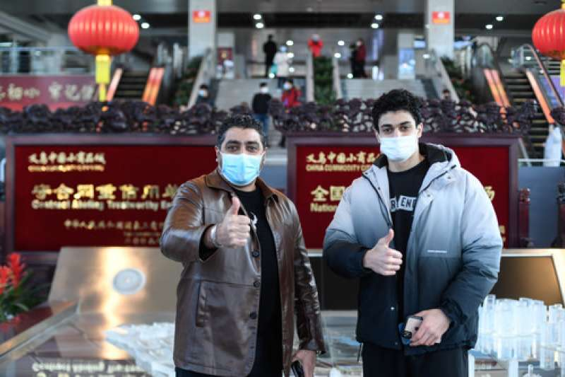 新冠肺炎、武漢肺炎疫情下的中國經濟,來自黎巴嫩的客商拜西爾(左)與兒子蘇馬在義烏國際商貿城的大廳留影。(新華社)