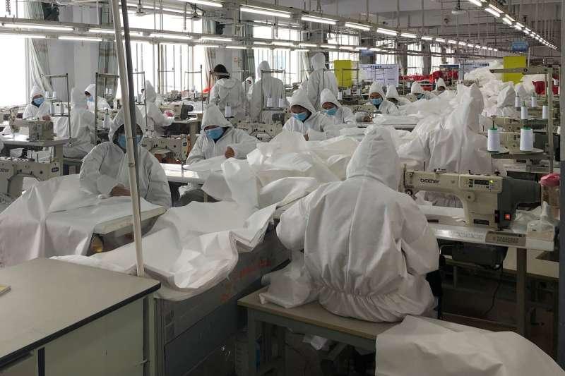 新冠肺炎、武漢肺炎疫情下的中國經濟,福建莆田寶得服飾有限公司轉產防護服。(新華社)