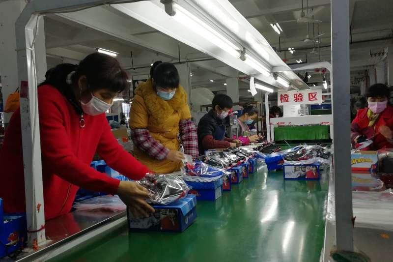 新冠肺炎、武漢肺炎疫情下的中國經濟,福建幫登鞋業公司複產後開始生產外貿童鞋。(新華社)